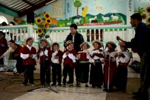 The children of the school of Esperanza cheered the event with a song
